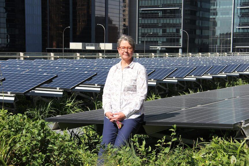 Lucy Sharman, manažérka pre udržateľnosť v Lendlease, na zelenej streche v Barangaroo